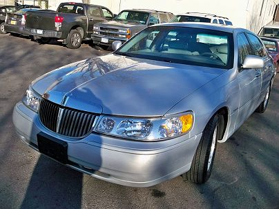 Photo 1: Silver Frost Metallic 2002 Lincoln Town Car Signature in Pound Ridge, NY