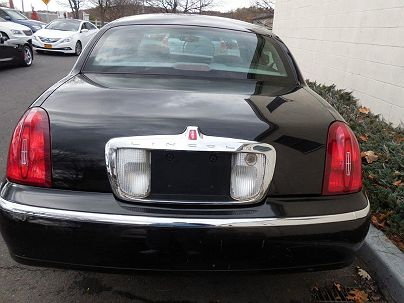 Photo 1:  2002 Lincoln Town Car Signature in Pound Ridge, NY
